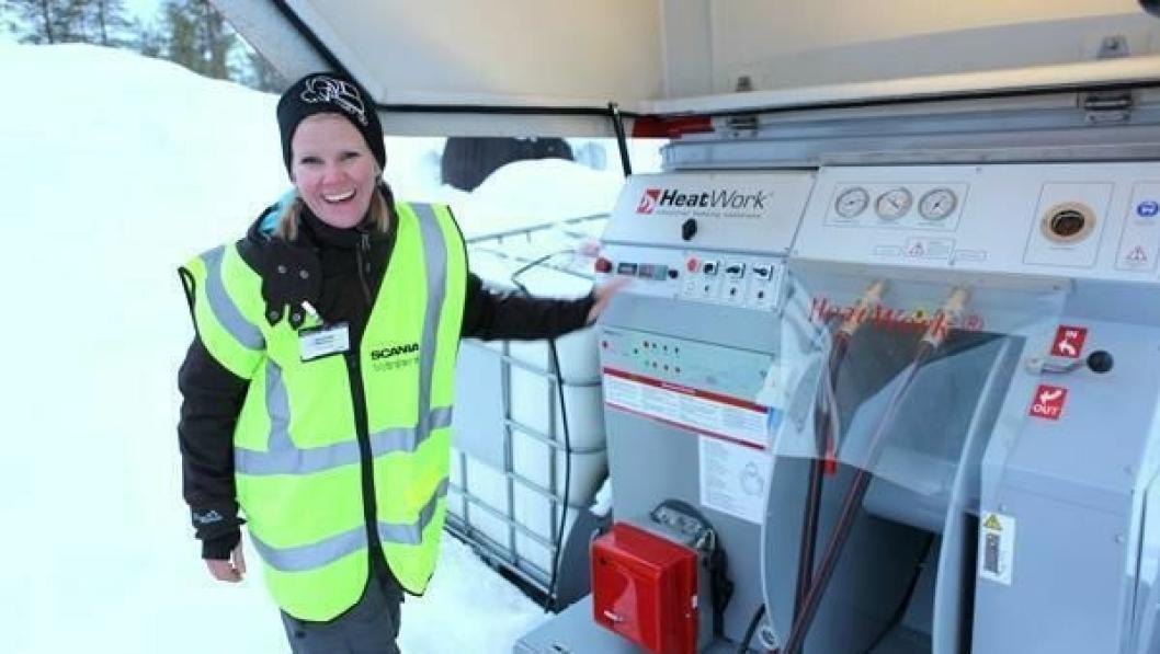 Markedsansvarlig Jannike Hansen i Nasta ved kontrollpanelet på Heatwork HW MY35.