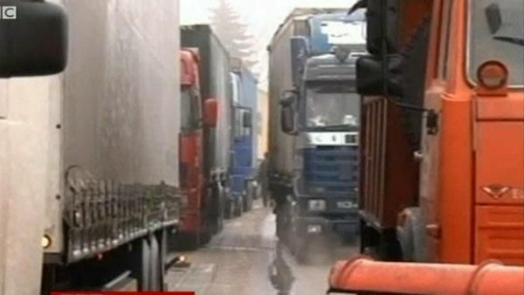 Kaos på russiske veier i helga. Til høyre i bildet står en av brøytebilene fast i køen.