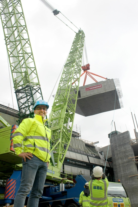 Daglig leder Eirik Kynningsrud i Nordic Cranes var på plass og fulgte arbeidet.