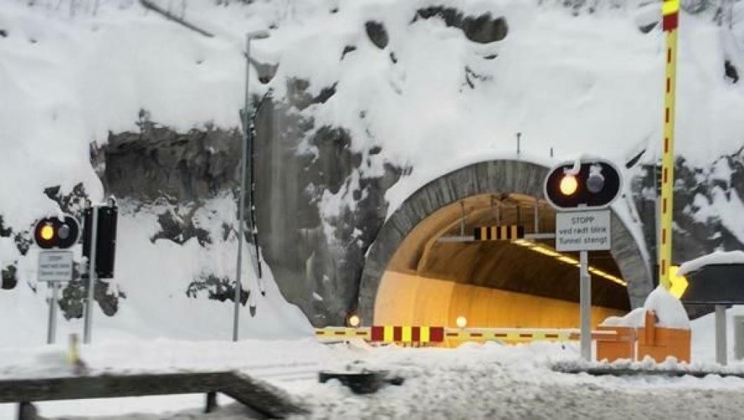 Sperringene er nå borte og trafikken kan igjen gå gjennom Nes tunnelen i Hole kommune.