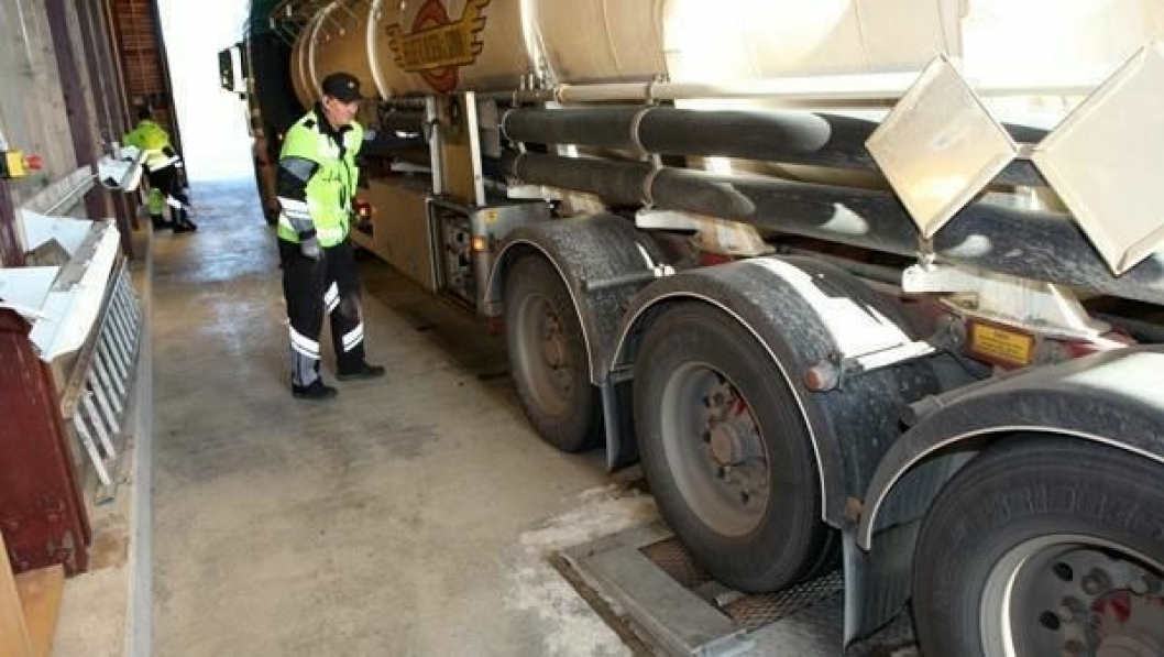 Inspektør Terje Olsen konstaterer at det blir mangellapp parkeringsbremsen på dette semitrailerhjulet.