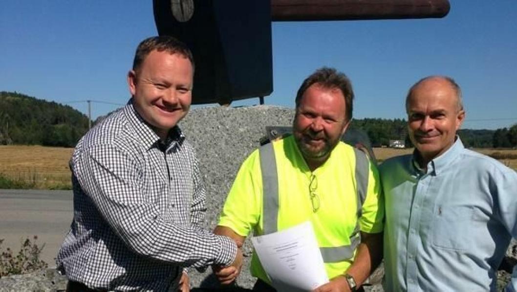 Avtalen er signert. NCC Roads kjøper Grenland Massegjenvinning AS. Fra venstre: Direktør for Steinmaterialer i NCC Roads, Frode Jørgensen, daglig leder i Grenland Massegjenvinning, Runar Stamland og salgssjef i NCC Roads Steinmaterialer, Øystein Nordtorp.