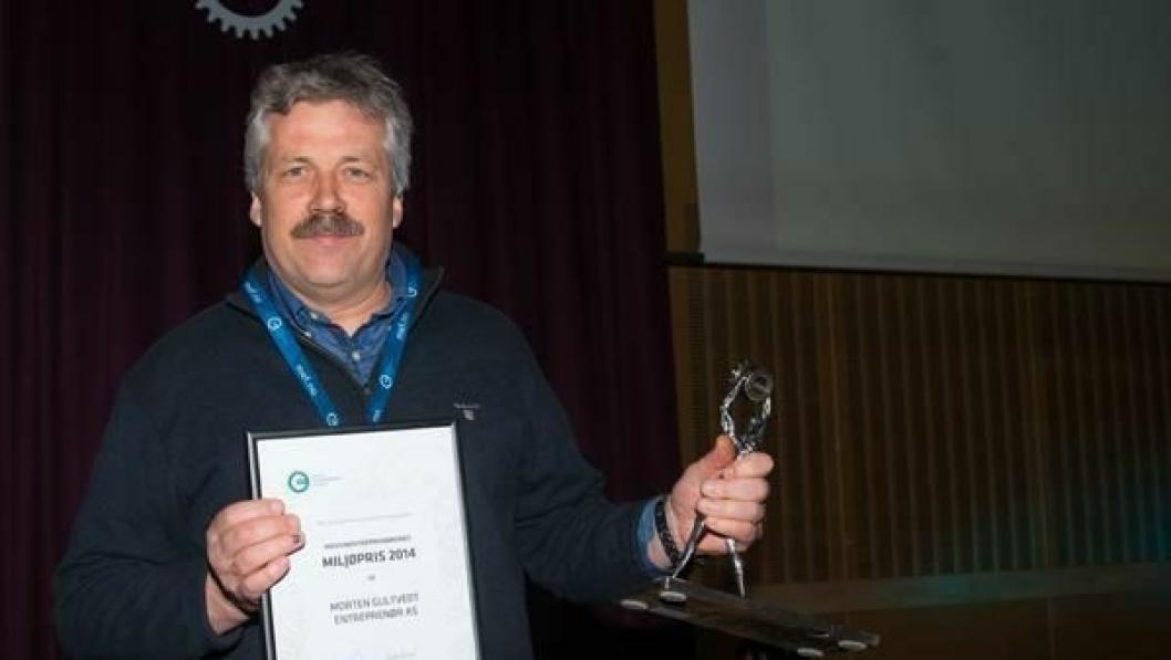 Daglig leder Morten Gultvedt mottok Miljøprisen på Avfallsdagene 25. februar.