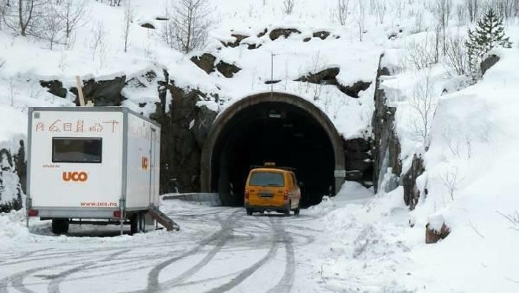 Brattlitunnelen var stengt en periode etter brannen, før den ble satt delvis i stand. Nå skal PE-skummet i tunnelen skiftes.