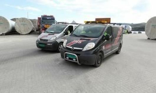 Biler og mannskap fra Jan Nylund & Sønner (JNS) AS er leid inn for å kjøre foran konvoien for å stoppe motgående trafikk de tre timene turen varer.