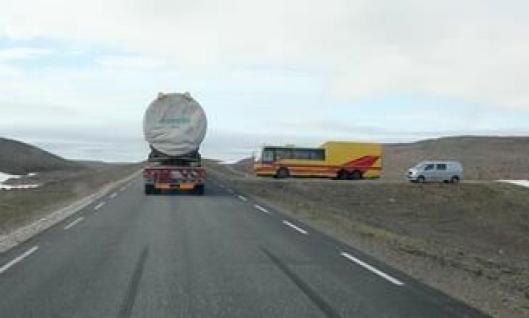 Bussrute og annen trafikk står på vent til spesialtransporten er passert.