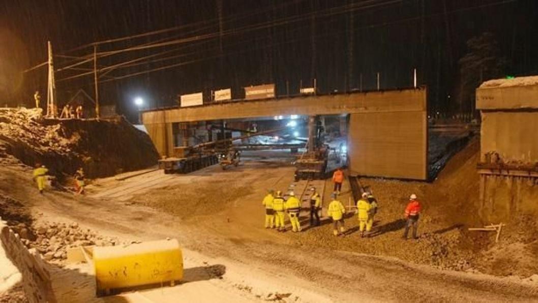 I løpet av 12 minutter ble den 1000 tonn tunge jernbaneundergangen kjørt på plass. Se høyrekanten av betongkonstruksjonen.