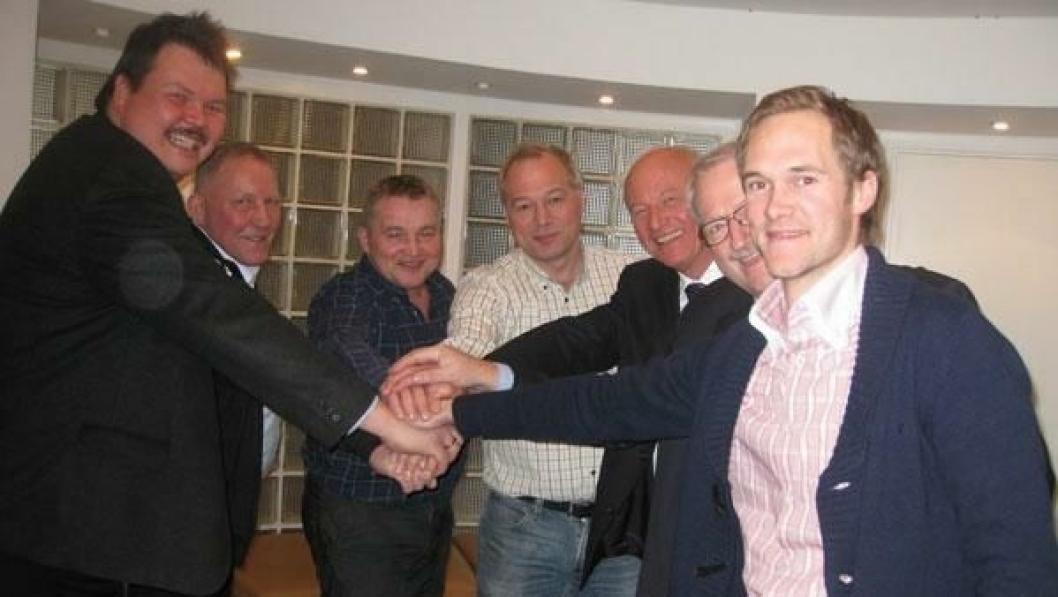 Fra v. Karsten Høy, adm. direktør i Greenland Ventures AS, Rasmus Chr. Rasmussen, adm. direktør i GMS (styremedlem), Frank Jakobsen prosjektdirektør LNS Spitsbergen (styremedlem), Frode Nilsen, adm. direktør i LNS, Vagn Andersen, styreleder i Greenland Venture A/S, Finn K. Mortensen, GMS (arbeidende styreleder) og Magnus Kibsgaard, økonomisjef Rana Gruber (styremedlem).
