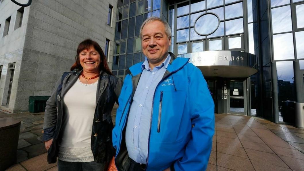 FAST ADRESSE: Leonhard Nilsen & Sønner har nå fast adresse i Sør-Norge. Her står avdelingsleder Ruth G. Haug og adm. direktør Frode Nilsen utenfor bygningen i Drammensveien 149 der LNS leier lokaler.