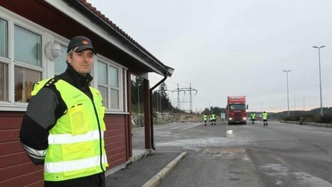 Seksjonsleder i Statens vegvesen region Øst under en kontroll på Taraldrud kontrollstasjon der flere norske biler ble bøtelagt for feilregistrert bombrikke.