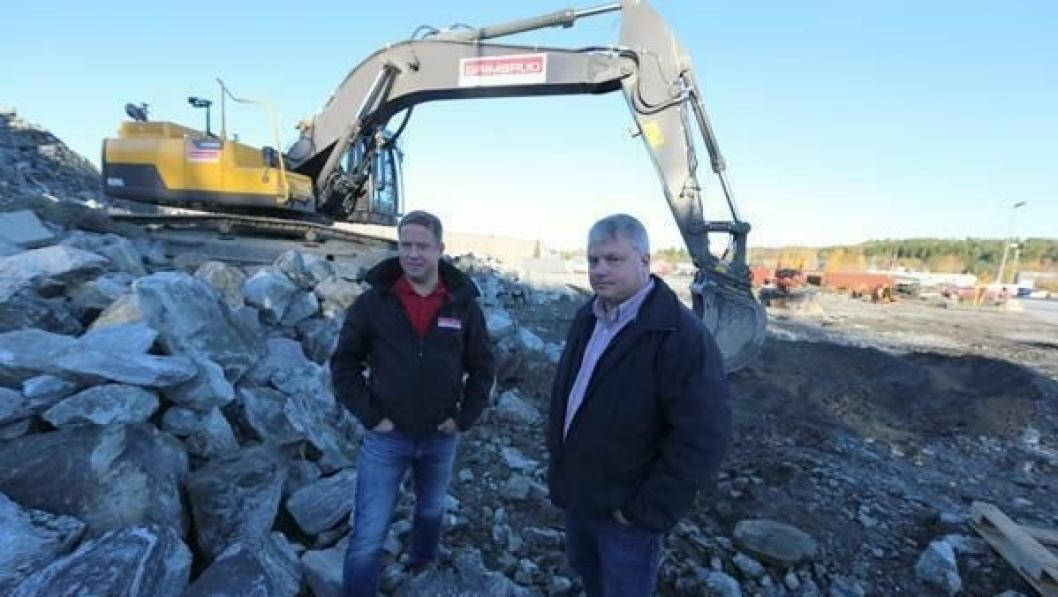 Daglig leder Asle Michael Berg (t.v.) og eier og styreformann Martin Grimsrud i Leif Grimsrud AS, ved anlegget på selskapets tomt i Halden. Her skal det bygges nytt administrasjonsbygg.