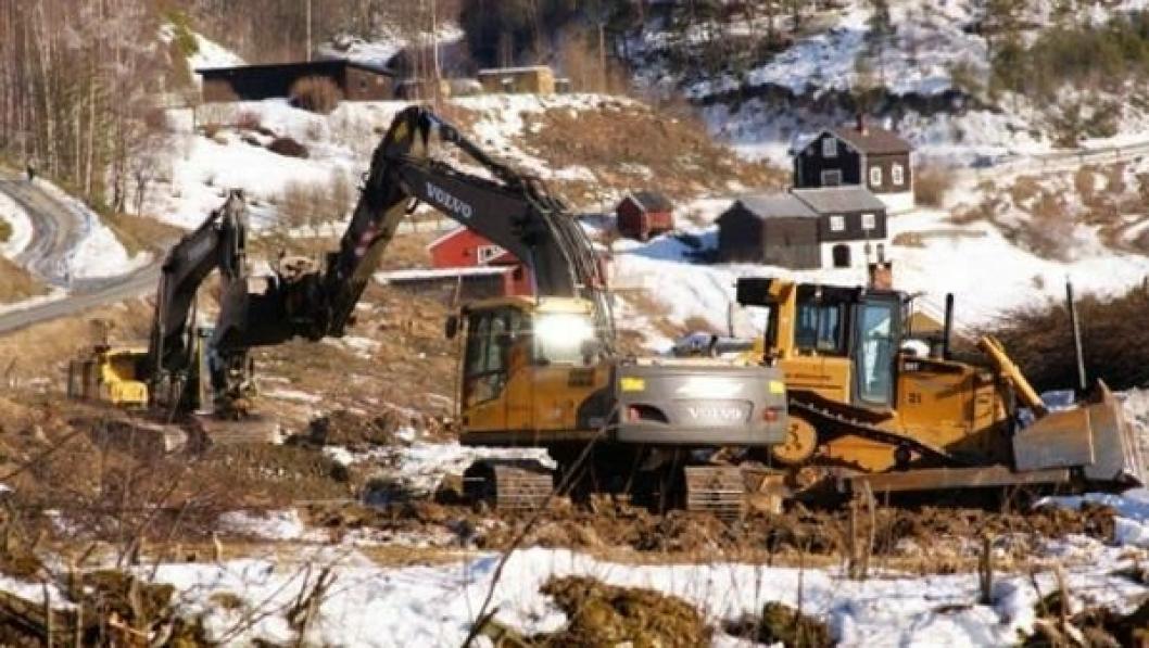 Ahsco Entreprenør AS fra Vinstra bygger allerede anleggsveg fram til jernebaneundergangen som skal etableres nedenfor Gryttingsjordet i Sør-Fron. Hvem som skal bygge selve undergangen, er klart i slutten av april.