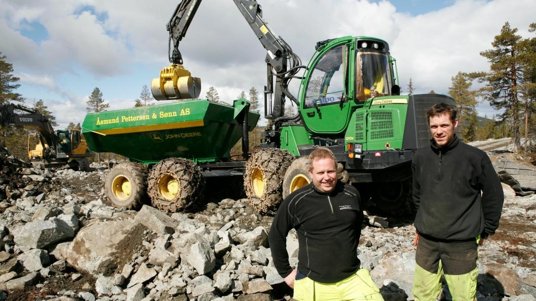 Jevnaker-firmaets mekaniker, Arne Olav Greftegreff (t.v.), har stått for ombyggingen av maskinen, mens Vetle Aleksander Dahl kjører «Skogsdumperens».