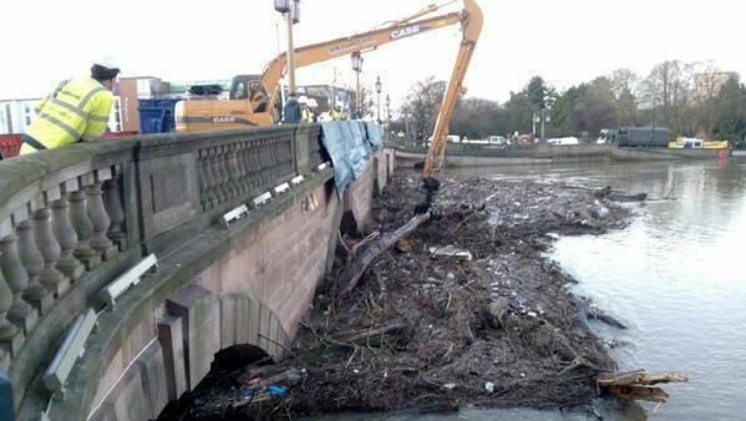 Pressemeldingen forteller ikke noe om rekkevidden på bom og stikke på denne Case CX130-maskinen (13 tonn som standard), men det holdt til å rydde bort avfallet foran Worcester-brua i England.