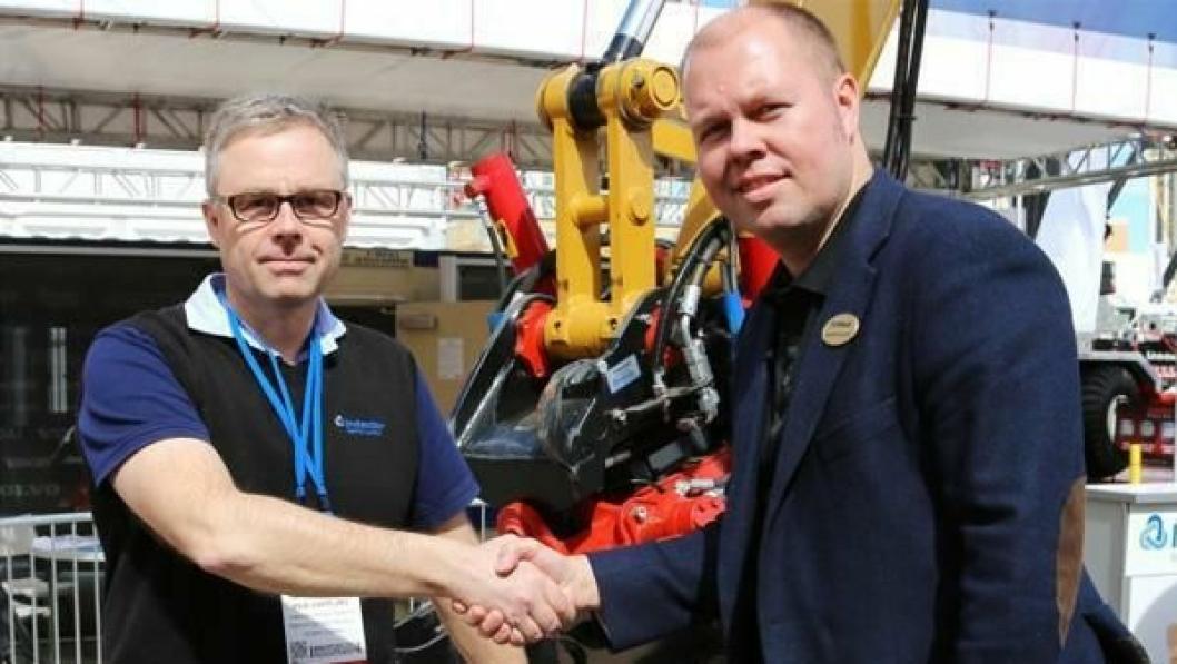 Per Väppling (t.v.) i Indexator Rototilt Systems og Henrik Sonerud fra Oilquick undertegnet en ny og mer omfattende samarbeidsavtale mellom de to selskapene på Conexpo 2014 i Las Vegas, Nevada.