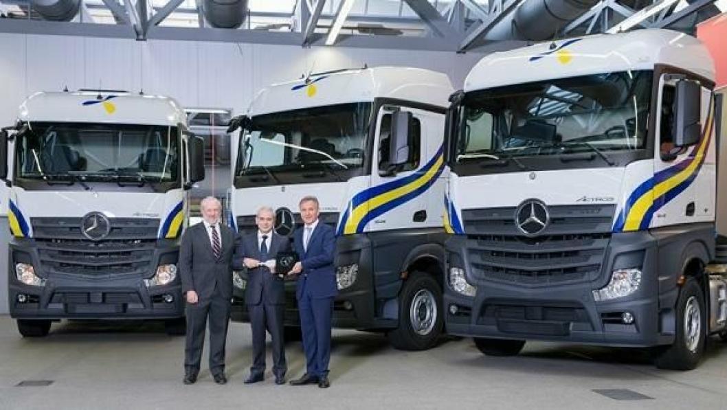 Jose Luis Lopez-Schümmer (t.v.), President i Mercedes-Benz Espana S.A, Jose Esteban Conesa, eier av Primafrio og Stefan Buchner, leder av Mercedes-Benz Trucks ved overrekkelsen av de første bilene på Mercedes-Benz-fabrikken i Wörth.