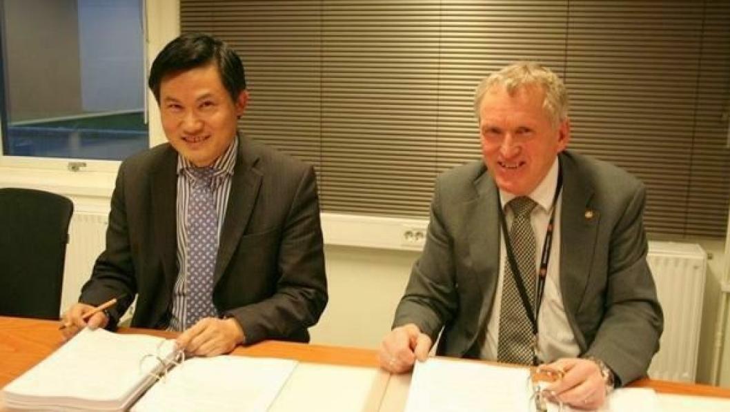 Fv. representant fra SRBG, Saizhong He, og regionvegsjef Torbjørn Naimak. Kontrakten ble signert ved regionvegkontoret i Bodø.