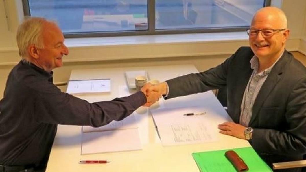 Prosjektleder Tor Geir Espedal (til venstre) og adm. direktør Gunnar Buvik i VTT Maritime AS undertegnet kontrakten om kjerneboring.