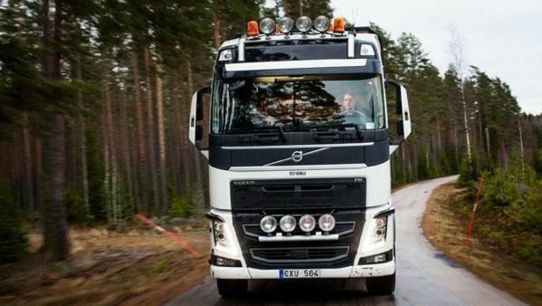 Henrik Gustafsson kjører tømmer i skogen sammen med faren Peter i Småland, Sverige. De har begge merket en stor forskjell når det kjøres med og uten Volvo Dynamic Steering.
