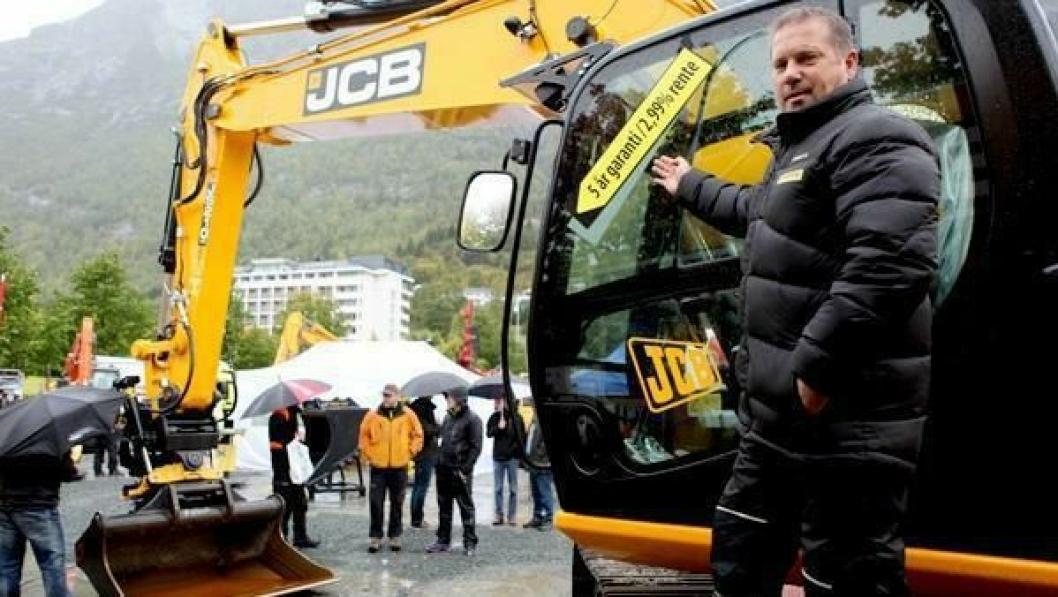 Selger Ole Jørgen Sve på kampanjemodellen JCB JS210 LC under Loen-dagane i Stryn, Sogn og Fjordane.