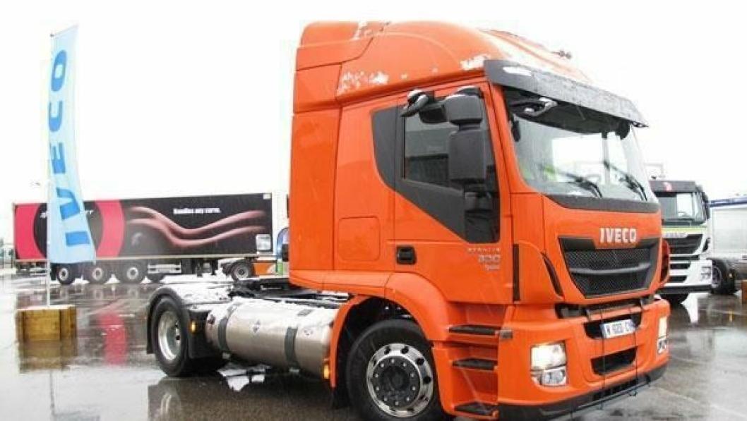 Iveco Stralis LNG med gassmotor på 330 hk. Legge merke til den store drivstofftanken for flytende naturgass (LNG).