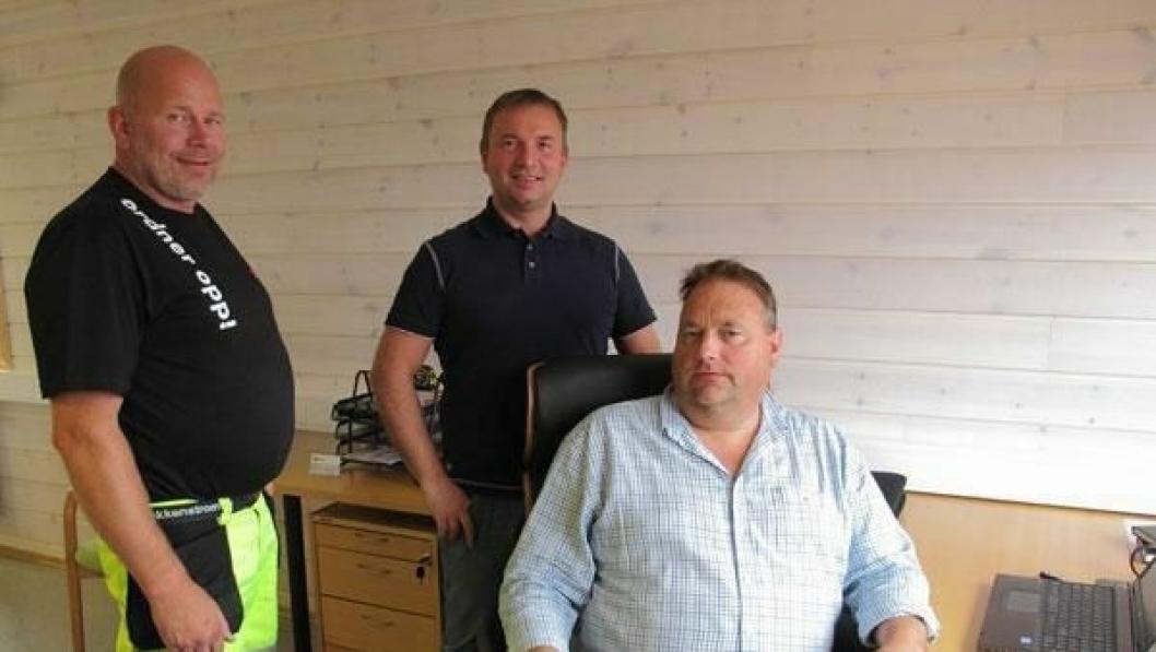 Istrail-selgerne Frode Dalseng (sittende) og Ingve Raad (stående bak) tar imot første kunden innom det nye Istrail-kontoret i Hamar, Roar Lunde i Maskinanlegg AS.