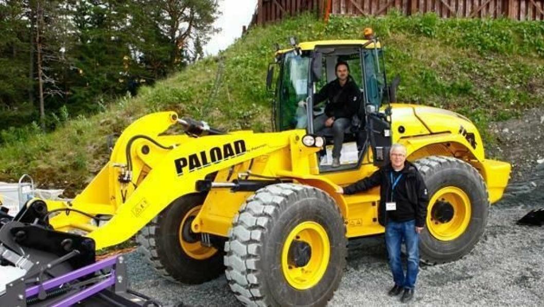Daglig leder Tor Skjetne og markedssjef Kristian Skjetne (i hjullasteren) gjør det bra på salg av demoleringsutstyr i Norge. De tilbyr også hjullastere fra italienske Palazzani.