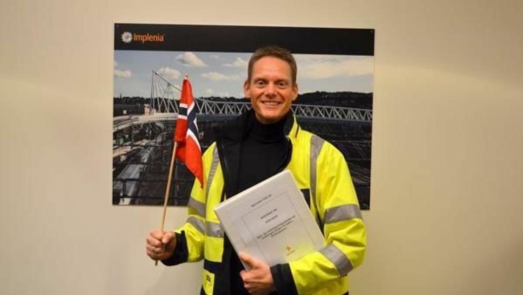 Håvard Amundsen, prosjektsjef i Region Øst i Implenia Norge, feirer kontrakten. Amundsen er ansvarlig for spor- og jernbanetekniske tjenester.