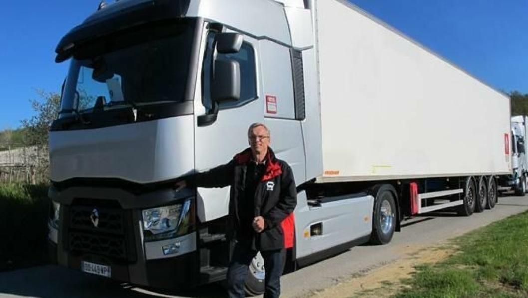 Åke Nässlander ved Renault 11-liters T 460 som brakte oss til Roma med rekordlavt dieselforbruk. Han har ledet arbeidet med hytta.