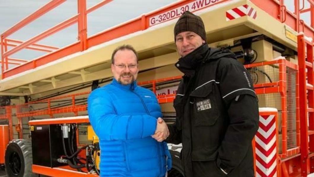 Direktør Kristian Langseth hos den norske Holland Lift-importøren Riwal AS (t.v.) gratulerer daglig leder Alfred Bakken i Akershus Utleie AS med to nye Megastar G-320 sakselifter.