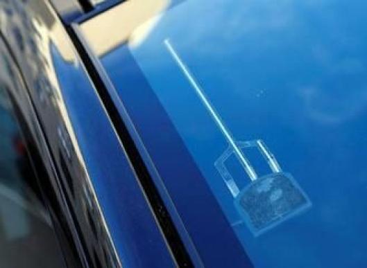 Slik ser en riktig montert antenne for DAB-signaler ut på bilen.
