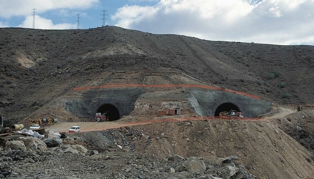 Den nye motorveien vil bestå av parallelle tofeltsveier som i alt går gjennom åtte tunneler. En siste tunnel går mellom Taurodalen og øvre del av Puerto Rico. SRG driver samtidig på fire stuffer.