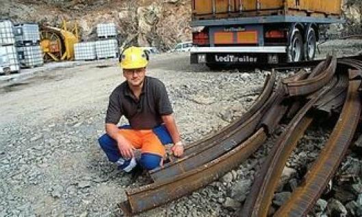 Fagermo viser stålbuene som skal sveises sammen og monteres for hver halvannen meter i alle tunnelene. For nordmenn er dette en uvanlig sikringsmetode, men påbudt i spansk territorium.
