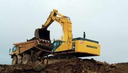 80-tonneren Komatsu PC750-7 står for opplastingen.