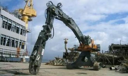To slike Liebherr R 974B High Rise på 140 tonn skal i to år klippe i filler de gamle oljeplattformene på Friggfeltet.