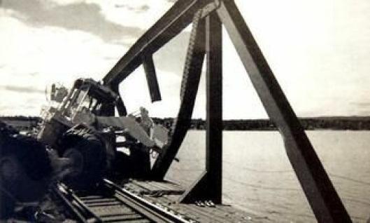 Bildet antyder at det var skuffen som tørnet inn i brospennet.