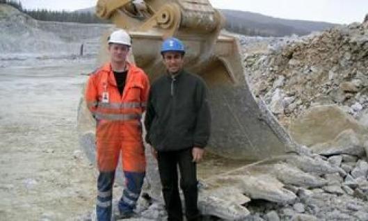 Designingeniør Abdelwhahab Abu Jahrur (t.v.) fra Caterpillars fabrikk i Gosselie, Belgia, hvor 90-tonneren produseres, var med på igangkjøringen av maskinen; her sammen med maskinfører Tommy Langfjord.