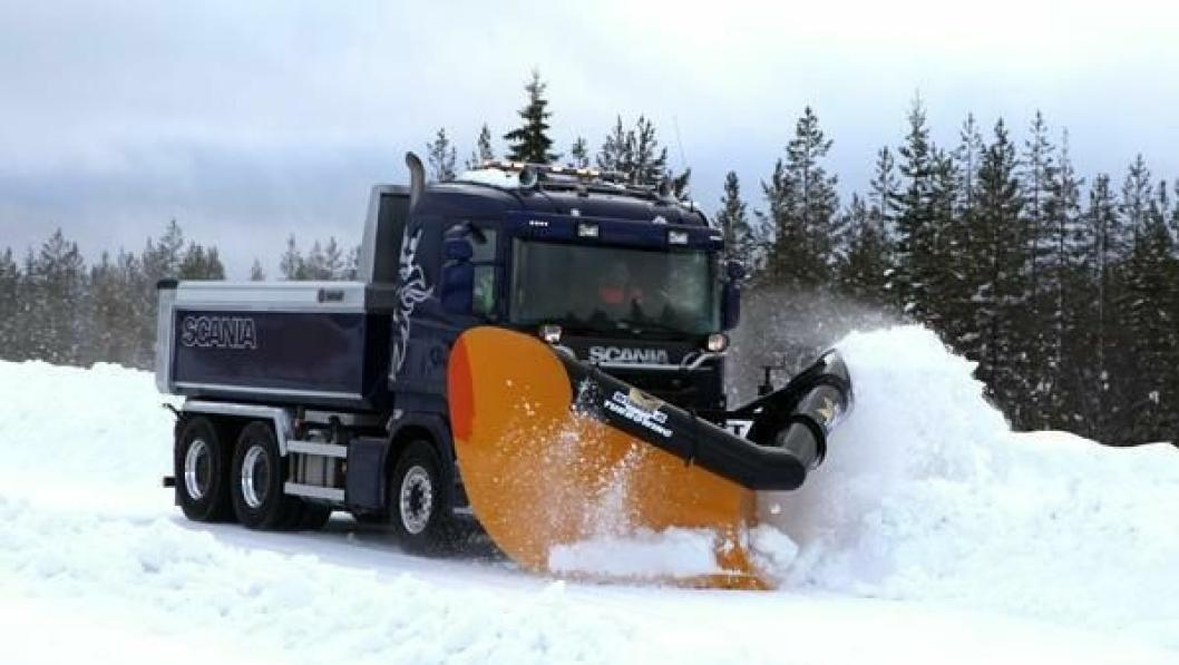 Her prøves en Scania R730 LB6x4HNB med spissplogen L 290 FS med «Turboving» fra Øveraasen.