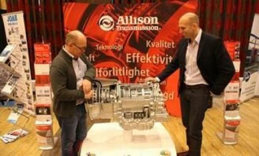 Kommunikasjonsdirektør John Lauvstad (t.v.) i Norsk Scania snakker girkasse med Allison Transmissions Erik Kaplar under Scania Winter 2014.