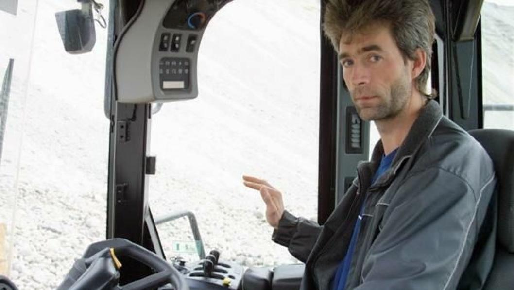Maskinfører Eirik Lindstrand lar lastespakene i fred under fylling av skuffa; den oppgaven tar Auto Dig'n seg av.