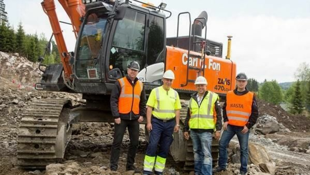 Selger Nils Arve Norendal (t.v.), Nasta, maskinfører Petter Flåten og Carl Christian Fon, begge Carl C. Fon AS og Torstein Strømmen, Nastas representant i prosjektet, foran en av testmaskinene.
