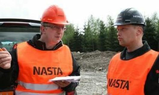 Torstein Strømmen (t.h.), Nastas representant i prosjektet, intervjues av redaktøren i Ground Control, Hitachi Constructions internasjonale magasin.