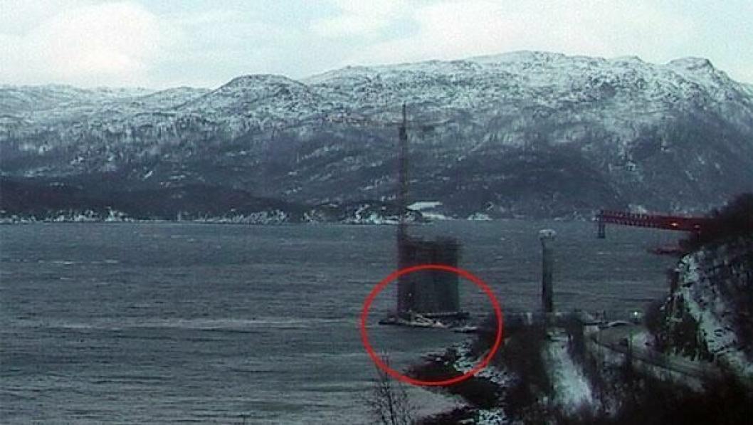 Lekteren sank ved siden av brotårnet som er under oppføring.