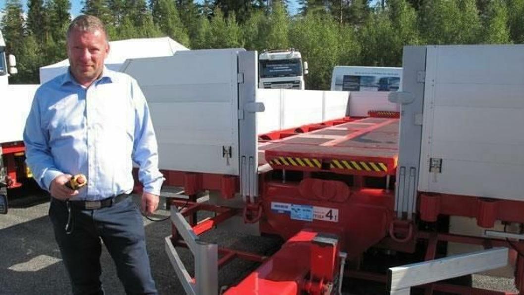 Geir Nesset med fjernkontrollen i høyre hånd har kjørt ut breddingen, og vi skimter løfteåkene foran og bak i øvre stilling.