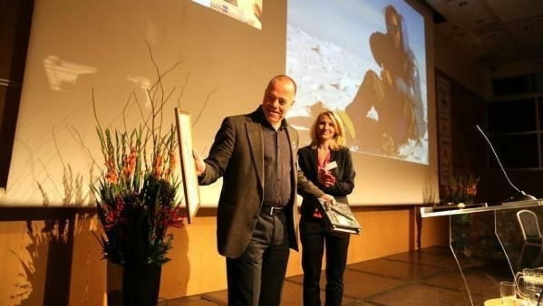 Arild Neby mottok Gullfeiselen for fremragende innsats for for norsk bergteknologi. av Heidi Berg.