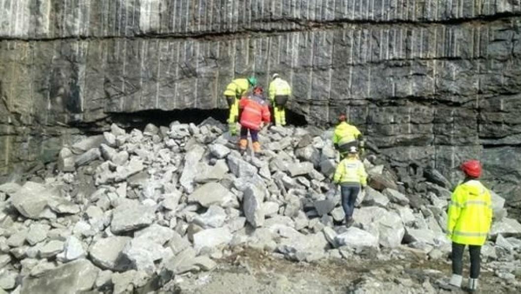 Folk fra Hæhre Entreprenør og Statens vegvesen inspiserer hullet i fjellet. Gjennomslagssalven gikk klokken 15.31, tirsdag den 29. april.
