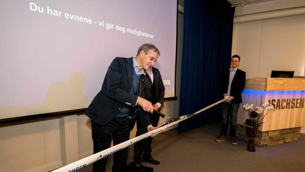 Jonas Gahr Støre sto for den offisielle åpningen av Isachsens nye lærlingesenter i Solbergelva utenfor Drammen.