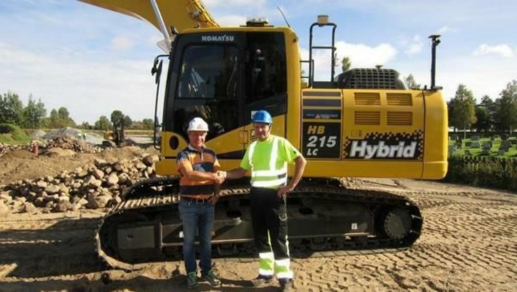 Selger i Hesselberg Maskin AS, Roger Wang, til venstre og eier av ny hybridgraver, Bernt Ola Berntsen, til høyre.