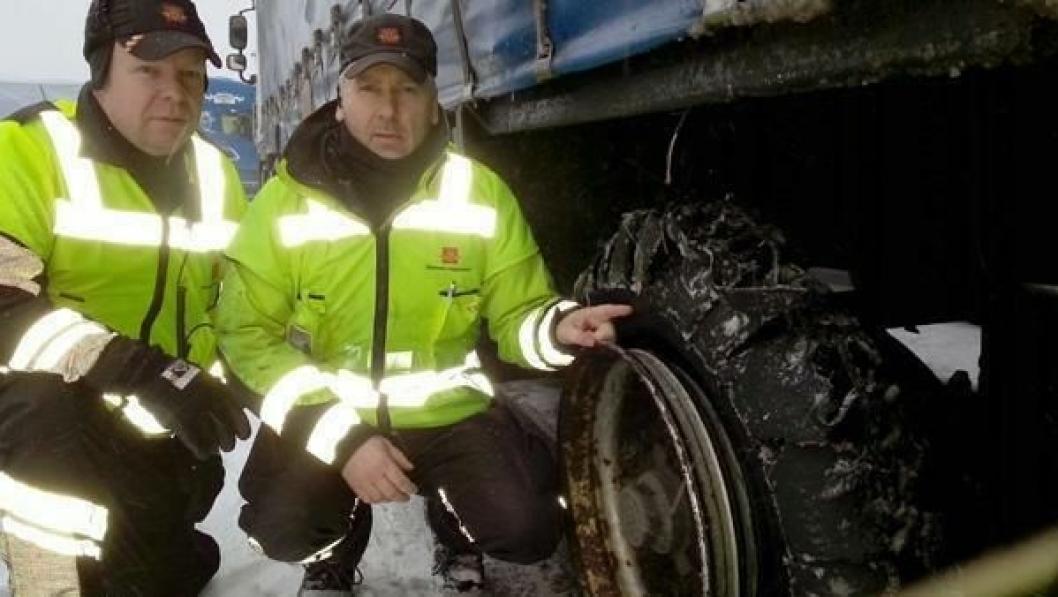 Kontrollør Bent Müller (t.v) og inspektør Øyvind Grotterød i Statens vegvesen ved ett av de punkterte dekkene.