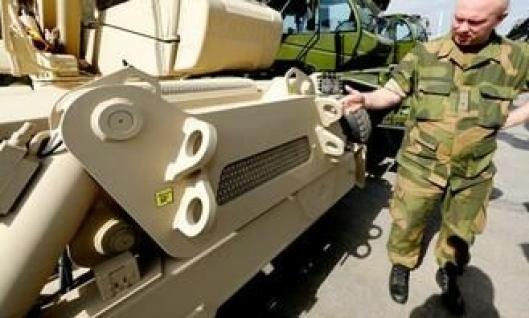 Teknisk koordinator Kjetil Oldebråten viser noe av det Forsvaret har bedt om som skiller disse fra standard Manitou-maskiner, ekstra tilkoblingsøyne flere steder på maskinene.